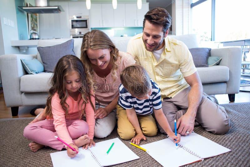 Szczęśliwy rodzinny wydaje czas wpólnie zdjęcia royalty free