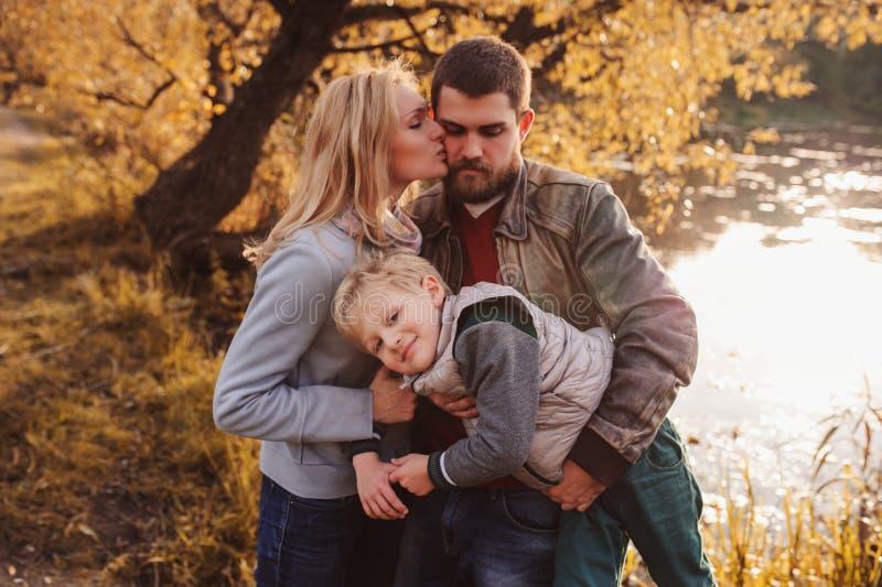 Szczęśliwy rodzinny wydaje czas wpólnie plenerowy Stylu życia zdobycz, wiejska wygodna scena zdjęcie stock