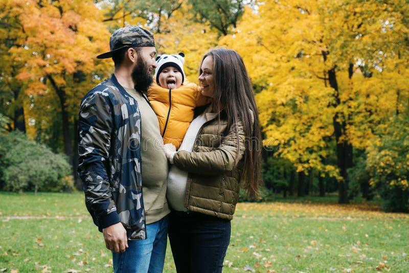 Szczęśliwy rodziny matki ojciec i dziecko na jesieni chodzimy w parku obraz royalty free