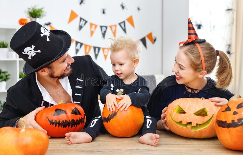 Szczęśliwy rodziny matki ojciec i dziecko syn w kostiumach i makeup obrazy royalty free