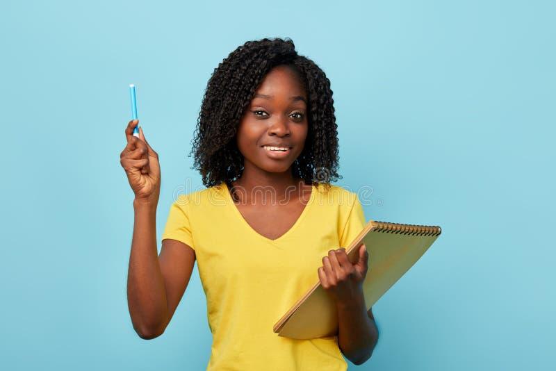 Szczęśliwy rozochocony afro nauczyciel z nastroszonym ręki mieniem rynek zdjęcia stock