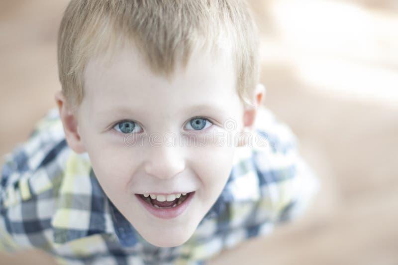 Szczęśliwy rozochocony dzieciak fotografia stock