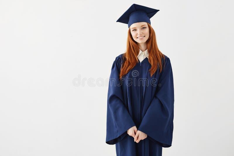 Szczęśliwy rudzielec kobiety absolwent ono uśmiecha się nad białym tłem kosmos kopii obraz royalty free