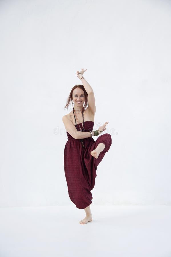 Szczęśliwy Shakti joga kobiety bielu tło zdjęcie royalty free
