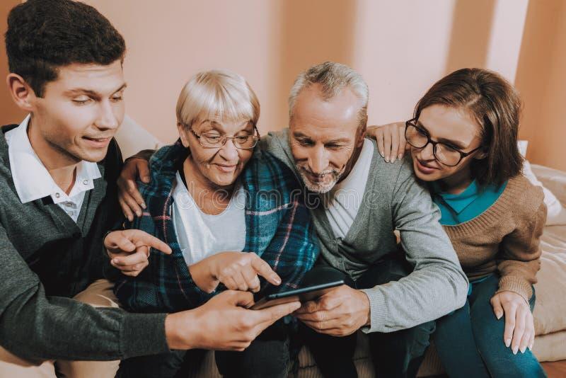 Szczęśliwy spotkanie Leptop Starsza para Stary mężczyzna zdjęcia royalty free
