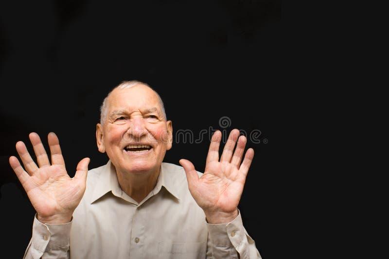 Szczęśliwy starsza osoba mężczyzna na czarnym tle zdjęcie stock