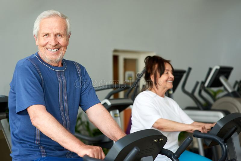 Szczęśliwy starsza osoba mężczyzna opracowywa w gym obrazy royalty free