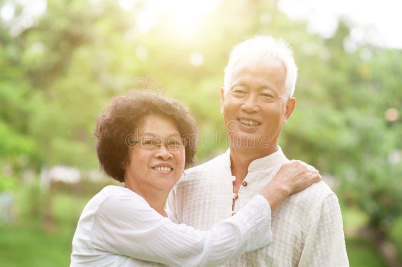 Szczęśliwy starszy Azjatycki para portret zdjęcie stock