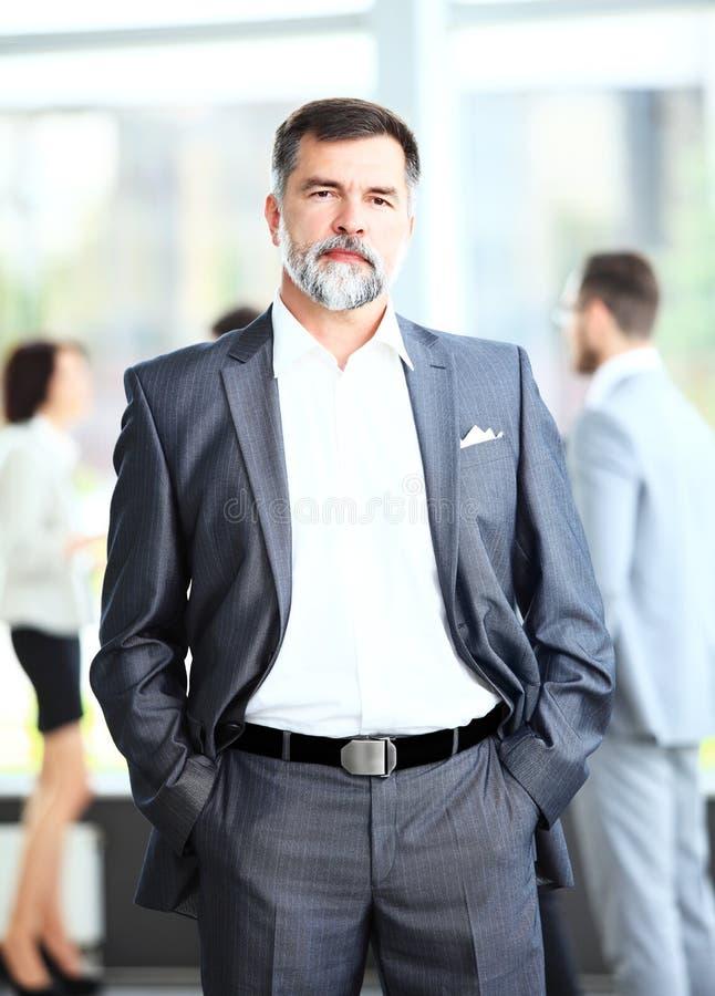 Szczęśliwy starszy biznesowego mężczyzna ono uśmiecha się zdjęcie stock