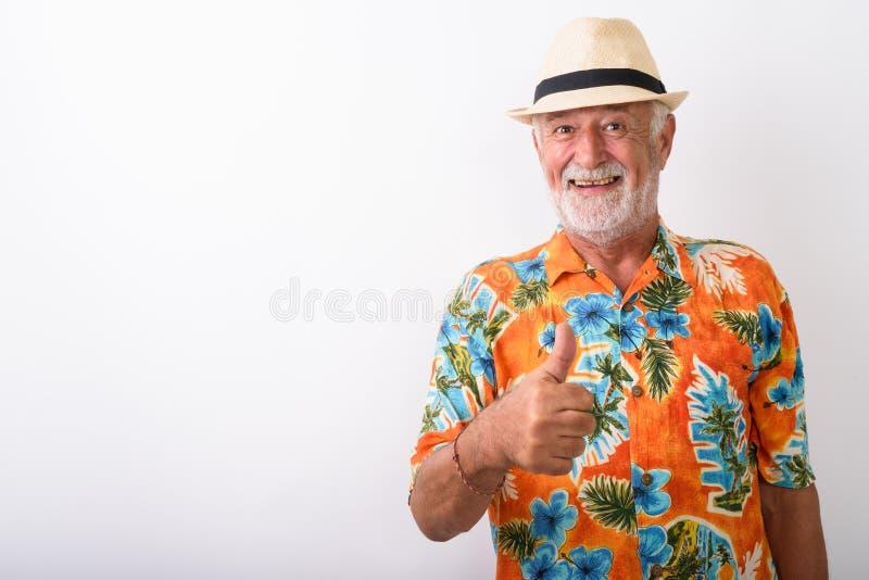 Szczęśliwy starszy brodaty turystyczny mężczyzna ono uśmiecha się podczas gdy dawać kciukowi w górę obraz stock