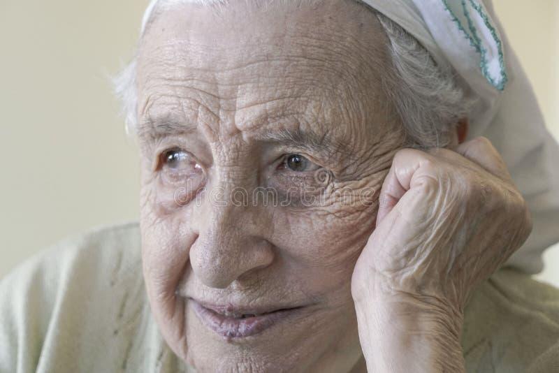 Szczęśliwy starszy kobiety główkowanie zdjęcie royalty free