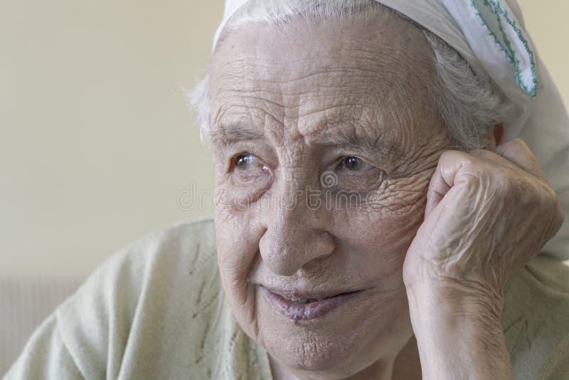 Szczęśliwy starszy kobiety główkowanie obrazy stock