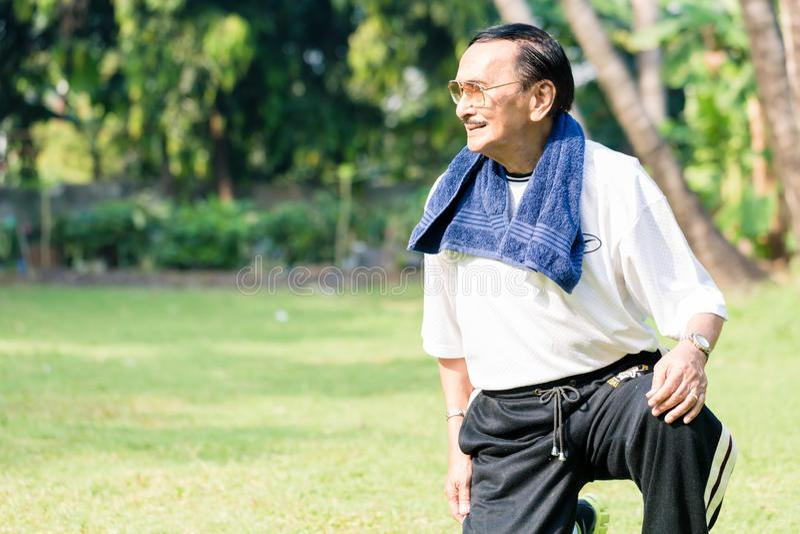 Szczęśliwy starszy mężczyzna ćwiczy w ogródzie zdjęcie stock