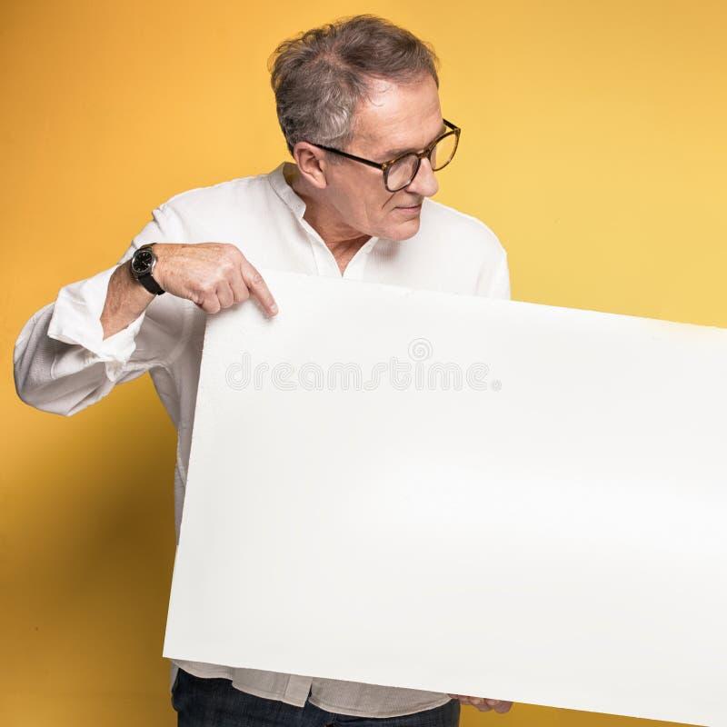 Szczęśliwy starszy mężczyzna z pustą deską obrazy stock