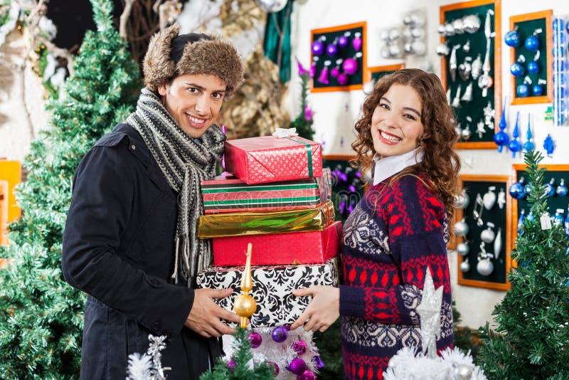 Szczęśliwy Starszy para zakupy W boże narodzenie sklepie obraz stock