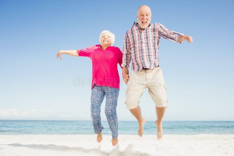 Szczęśliwy starszy pary doskakiwanie obraz stock
