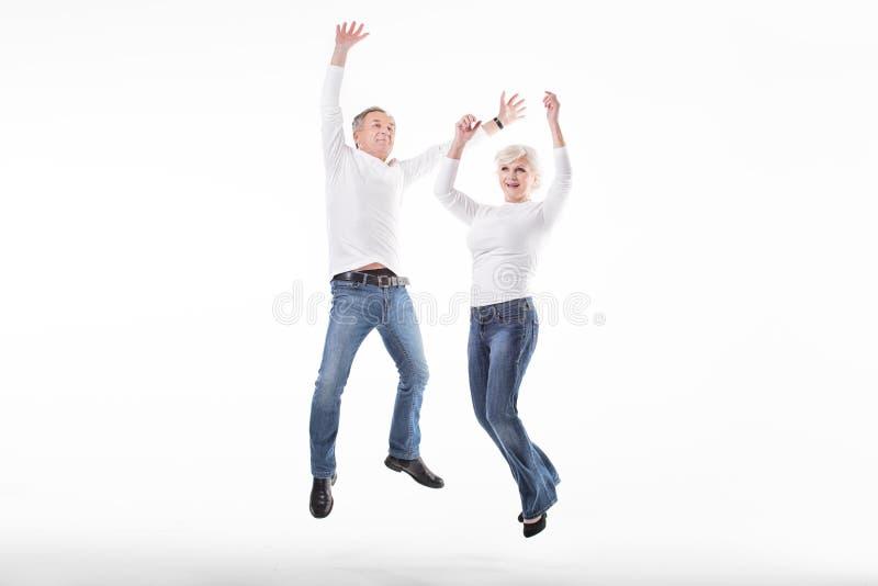 Szczęśliwy starszy pary doskakiwanie zdjęcia stock