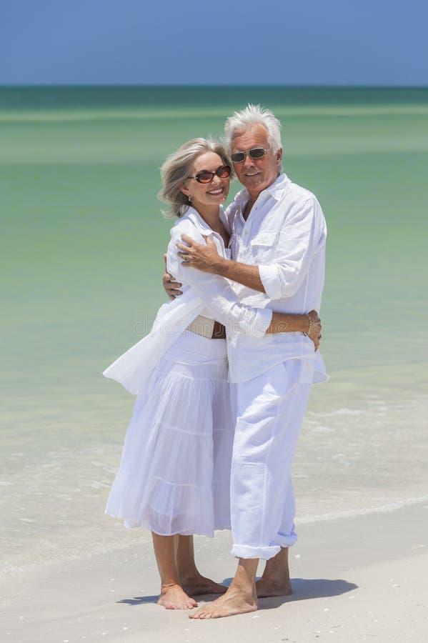 Szczęśliwy Starszy pary obejmowanie na Tropikalnej plaży zdjęcie royalty free