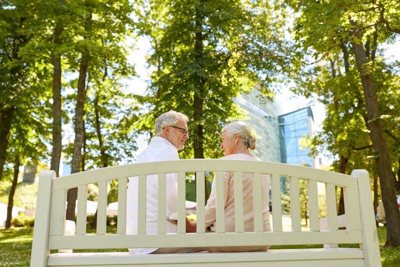 Szczęśliwy starszy pary obsiadanie na ławce przy parkiem obraz stock