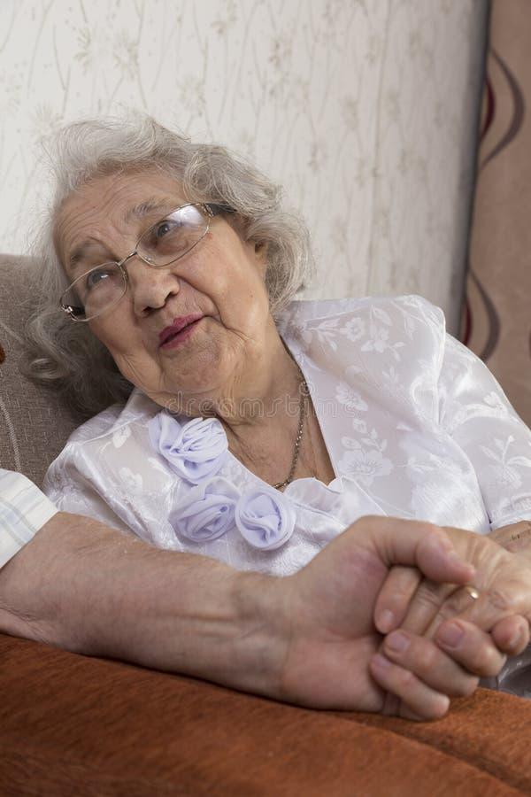 Szczęśliwy Starszy pary obsiadanie Na kanapie zdjęcie stock
