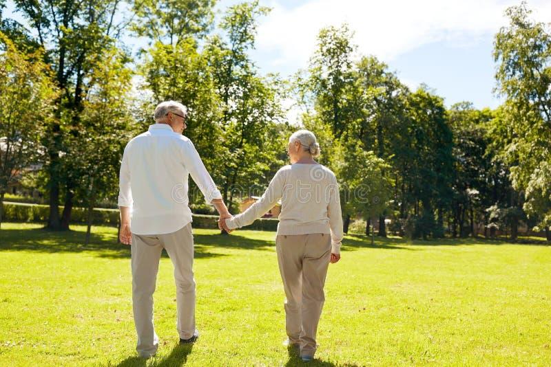 Szczęśliwy starszy pary odprowadzenie przy lata miasta parkiem zdjęcia stock