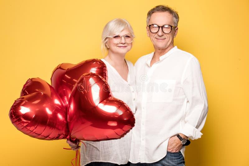 Szczęśliwy starszy pary pozować zdjęcie royalty free