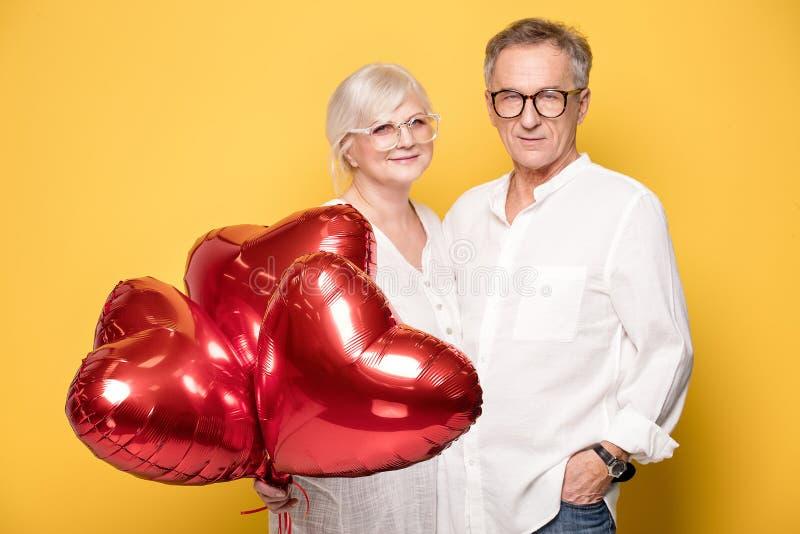 Szczęśliwy starszy pary pozować zdjęcia stock
