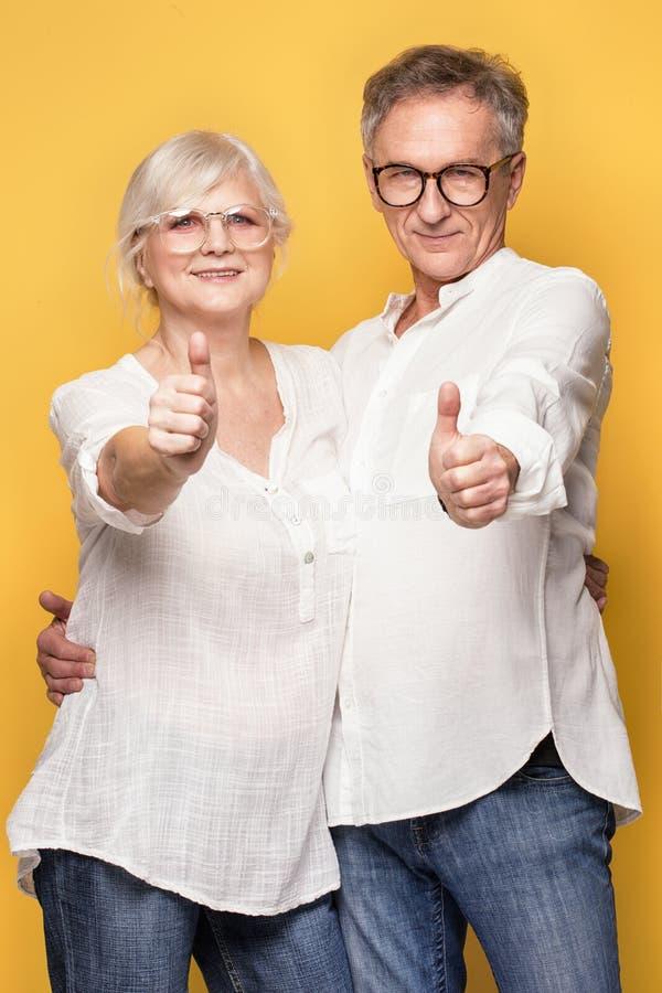 Szczęśliwy starszy pary pozować obrazy royalty free