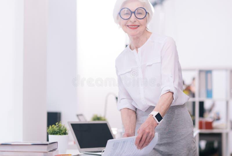 Szczęśliwy starzejący się bizneswoman pracuje w centrum biznesu obraz royalty free