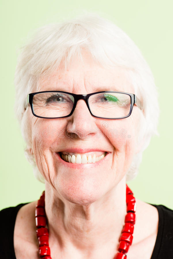 Szczęśliwego kobieta portreta definici zieleni wysokiego backgroun istni ludzie fotografia royalty free