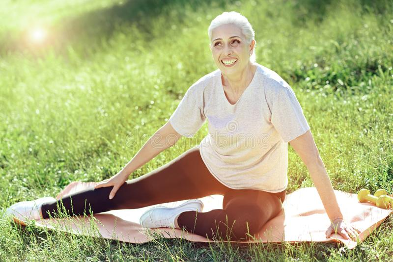 Szczęśliwy starzejący się kobiety szkolenie w pięknym parku zdjęcie stock