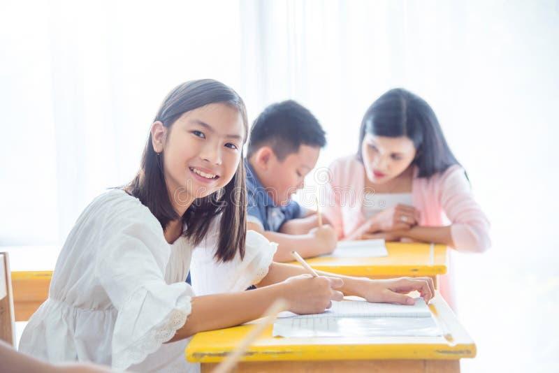 Szczęśliwy studencki studiowanie w sali lekcyjnej obraz royalty free