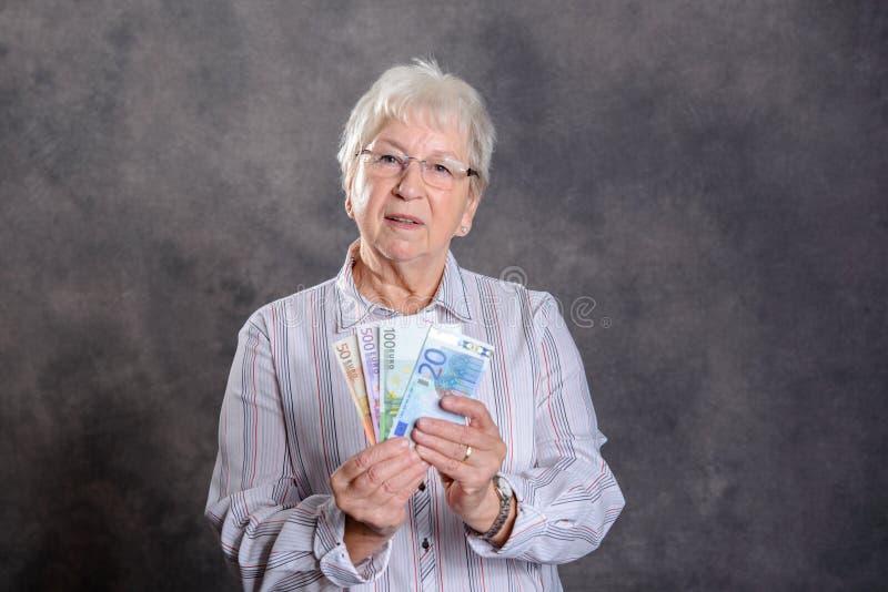 Szczęśliwy szary kosmaty kobieta pieniądze obraz stock