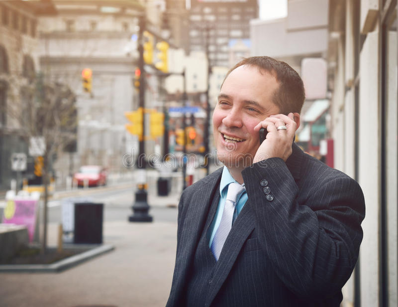 Szczęśliwy Szczery Biznesowy mężczyzna Opowiada na telefonie komórkowym fotografia stock