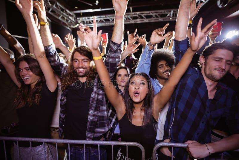 Szczęśliwy tłum cieszy się przy festiwalem muzyki fotografia stock