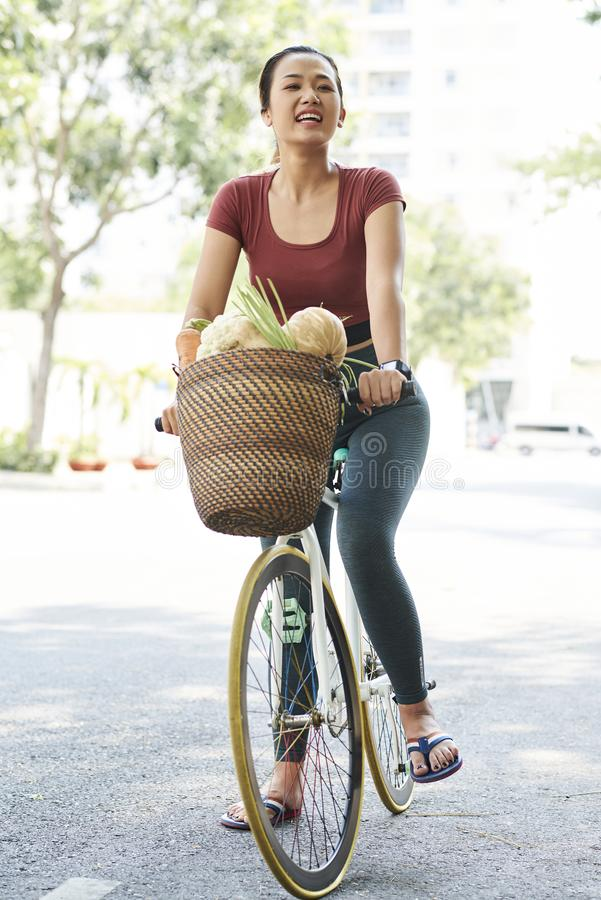Szczęśliwy targowy klient na bicyklu zdjęcia royalty free