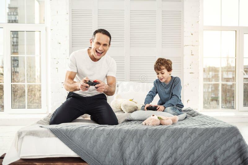 Szczęśliwy tata i syn bawić się gry zdjęcia royalty free