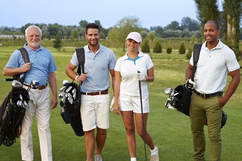 Szczęśliwy towarzystwo na polu golfowym zdjęcia royalty free