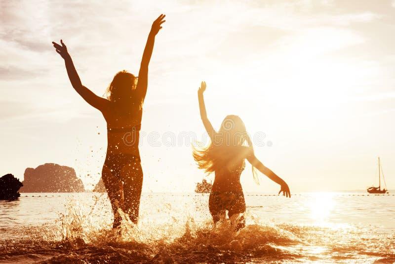 Szczęśliwy tropikalny plażowy wakacje zmierzch zdjęcie stock