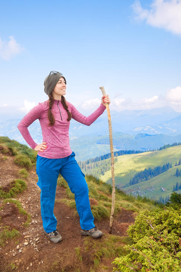 Szczęśliwy turysta podziwia widoki góry fotografia royalty free