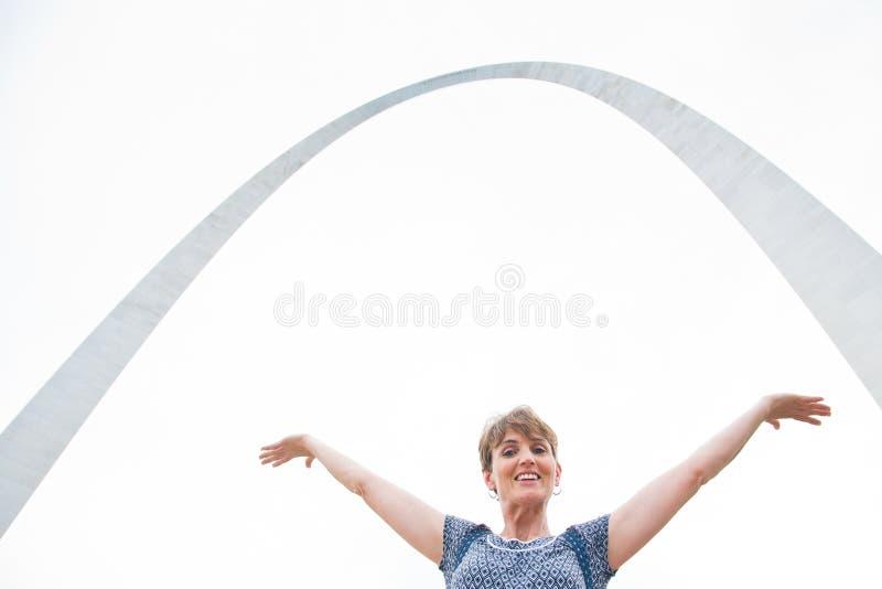 Szczęśliwy turysta przy St ludwika bramy łukiem obrazy royalty free