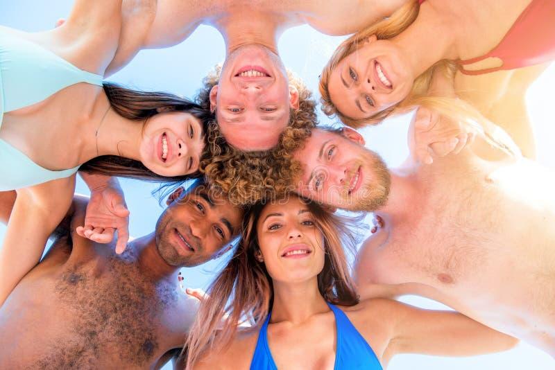 Szczęśliwy uśmiechający się wpólnie przyjaciela przy plażą obraz stock