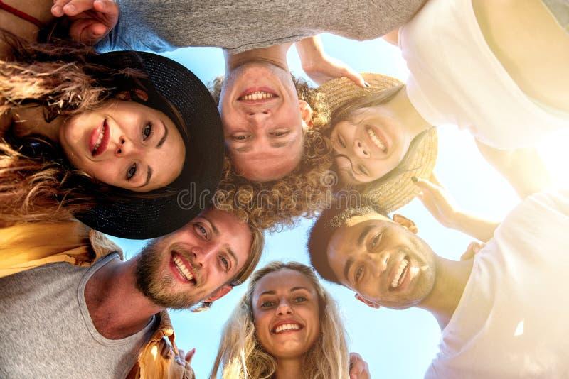 Szczęśliwy uśmiechający się wpólnie przyjaciela przy plażą zdjęcie royalty free