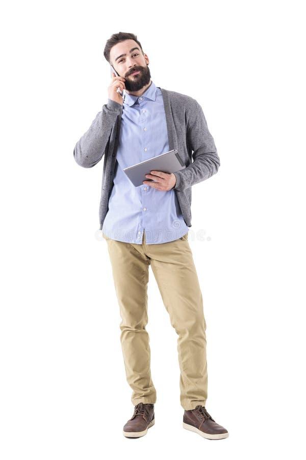 Szczęśliwy uśmiechnięty biznesmen patrzeje kamerę z pastylką na telefonie fotografia stock