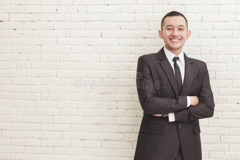Szczęśliwy uśmiechnięty biznesmen z krzyżującą ręki pozą zdjęcia stock