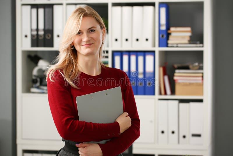 Szczęśliwy uśmiechnięty blond bizneswomanu holdig fotografia royalty free