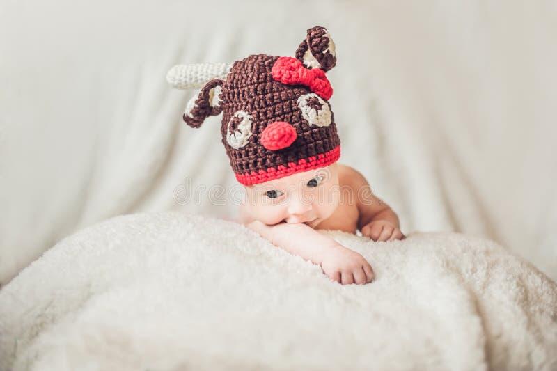 Szczęśliwy uśmiechnięty dziecięcy chłopiec portret ubierał w bożych narodzeniach rogacz szydełkujący kapelusz, zima wakacji pojęc zdjęcia royalty free