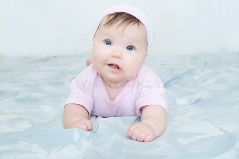 Szczęśliwy uśmiechnięty dziewczynka portret z krętogłowem zdjęcie stock