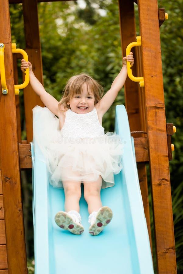 Szczęśliwy uśmiechnięty dziewczyny dziecko bawić się outdoors obrazy stock