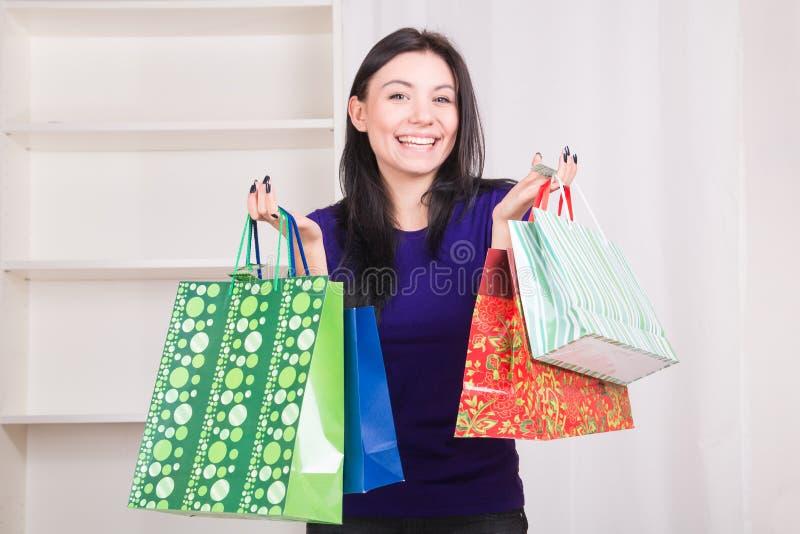 Szczęśliwy uśmiechnięty dziewczyny mienie zdojest prezenty dla bożych narodzeń zdjęcie stock